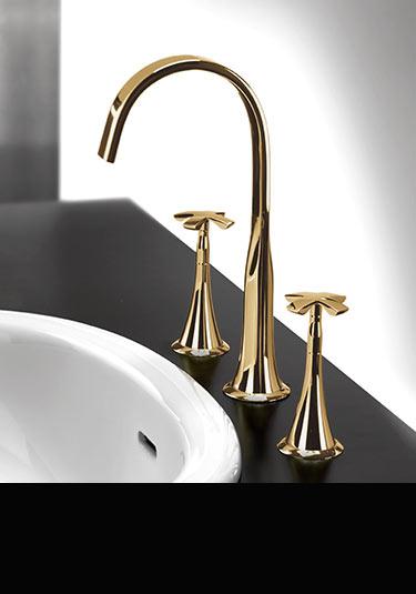 robinets en or lavabo baignoire