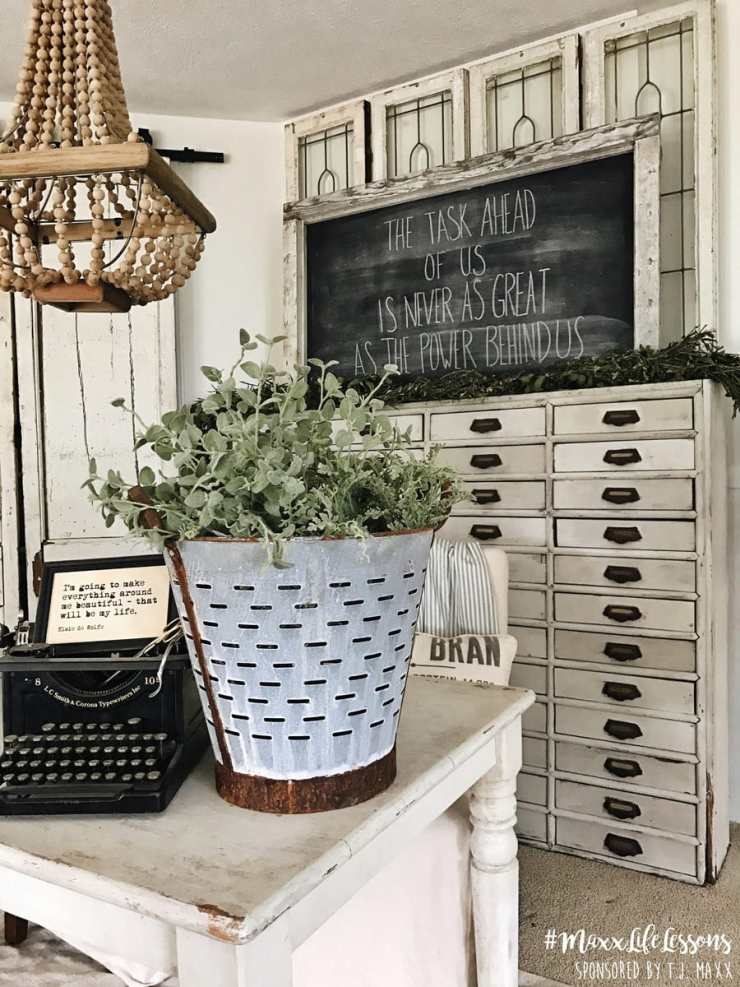 Farmhouse office - A great source for farmhouse inspiration
