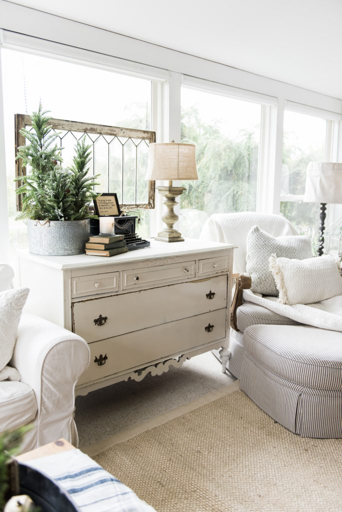 Farmhouse style sunroom - Great cottage decor & farmhouse decor inspiration!