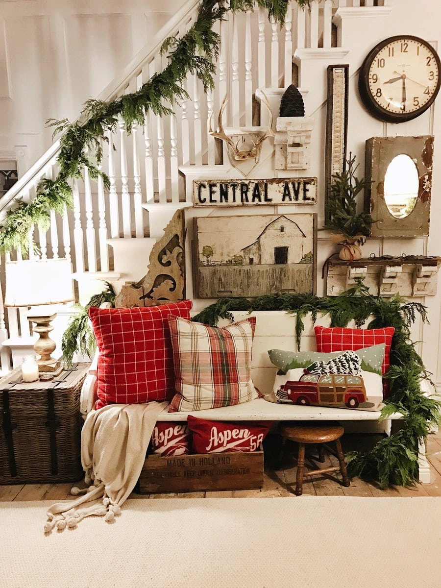 DIY Rustic farmhouse christmas entryway - A must pin for farmhouse and cottage style Christmas decor.