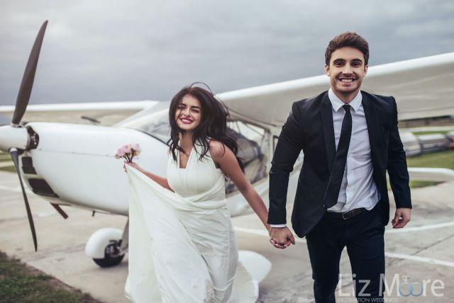 Couple de fiancés se rendant à leur mariage à destination