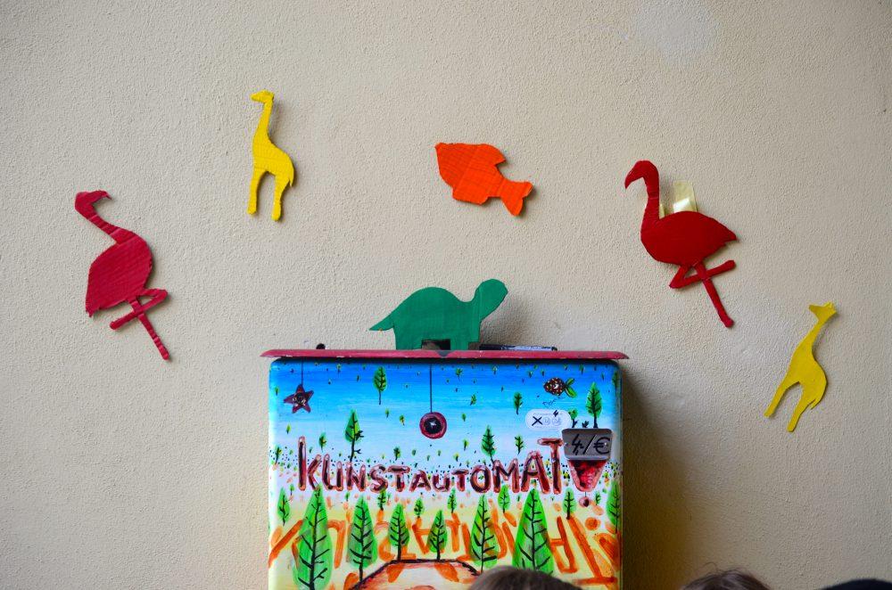 Unsere Seminargruppentiere über dem Kunstautomaten.