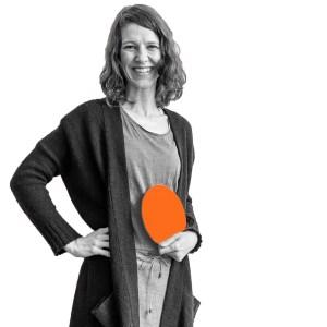 Stefanie Schaarschmidt mit den .lkj)-Logo