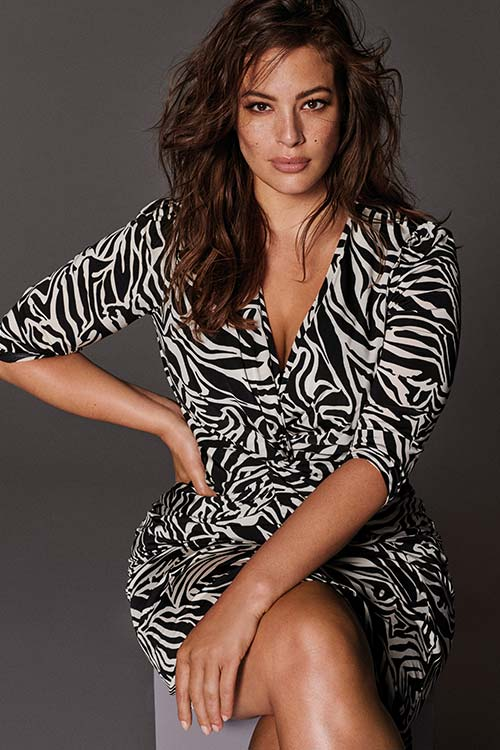 Modelo con vestido estampado. El armario de Ashley Graham