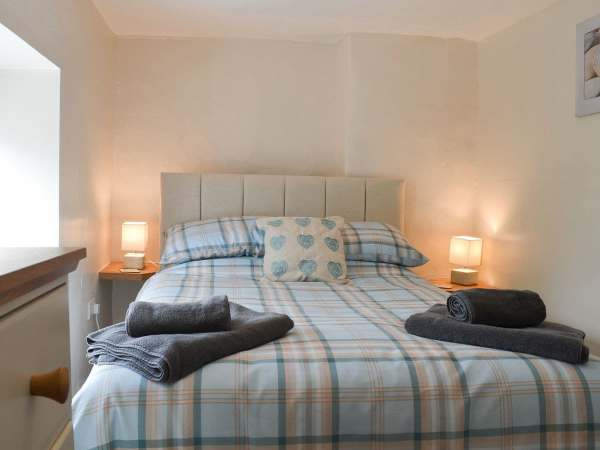 Relax in a cosy holiday cottage, in the village of Llanrhystud