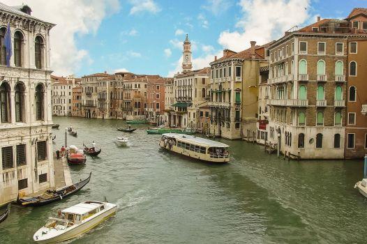 Vaporetto en los canales de Venecia