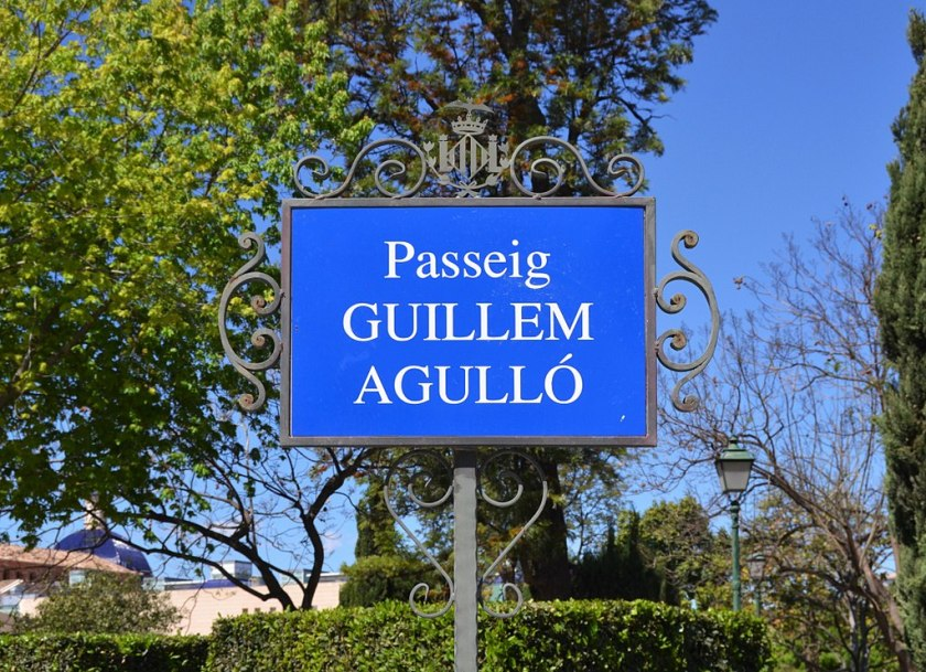 https://commons.wikimedia.org/wiki/File:Passeig_de_Guillem_Agulló_de_València,_placa.jpg