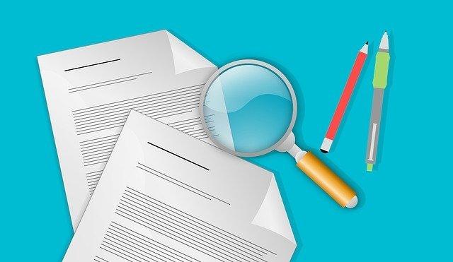 La ciencia necesita evaluaciones externas para mantener su fiabilidad. La imagen representa el examen de unos documentos.