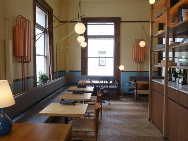 ウッドを基調とした空間、どの席も窓際となる心地よい空間