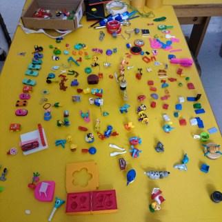 Séance 2: assemblage, compasition à partir de mini jouets, et babioles...