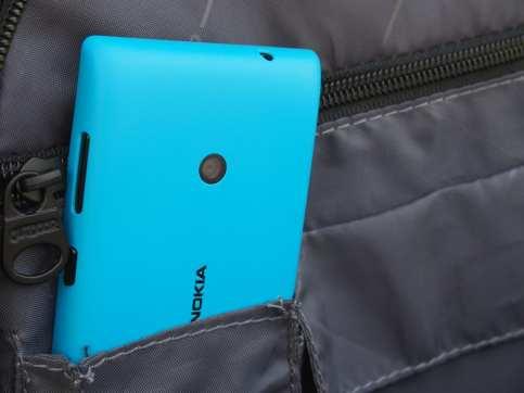 נוקיה לומיה 520 – טלפון סלולרי מבוסס Windows Phone, שגם מככב בגיליון הזה במדור ביקורות החומרה שלנו, אזמל. הנוקיה 520 הוא אופציה זולה ושפויה יחסית, למי שפחות מעוניינת באפליקציות הכי עדכניות (לא משהו ש-Windows Phone מצטיינת בו), אבל מעוניינת בסמרטפון בסיסי שעושה את העבודה ועם חיי סוללה ארוכים מהרגיל.