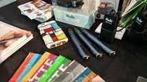 """ה-3DDoodler היא עט שהיא מדפסת תלת ממד. אתם יכולים ממש """"לצייר"""" חפצים מחוטים של פולימרים, כמו הברבור שלמעלה"""
