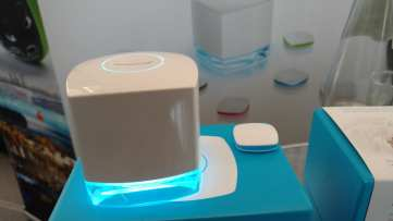 sevenhugs הוא מוצר לניטור שינה שלא דורש חשמל. את הקוביה החמודה שמימין פשוט מניחים על המזרון, והיא תנטר את השינה שלכם. היא פועלת על סוללת שעון קטנה