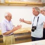 """יוג'ין קספרסקי (מימין) וד""""ר כריסטוס דומאס, מנהל אתר החפירות באקרוטירי"""
