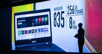"""מנכ""""ל אסוס מציג את המחשבים המחוברים בוועידה של קוואלקום"""