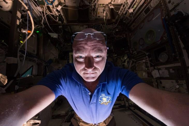 האסטרונאוט סקוט קלי בתחנת החלל הבינלאומית