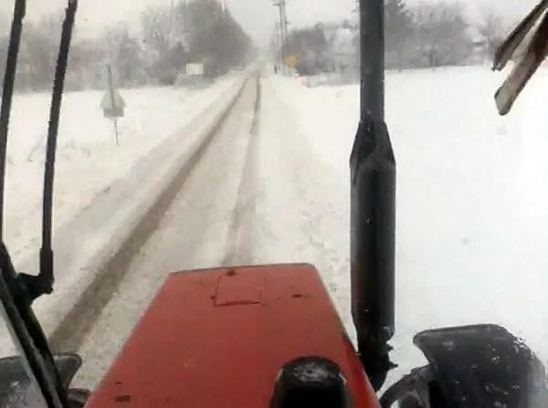Zavejani pacijent iz Jabučkog Rita traktorom prevezen do kola Hitne pomoći - 31.01.2014