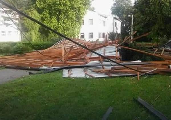 vetar oduvao krov sa bolnice u Padinskoj Skeli1