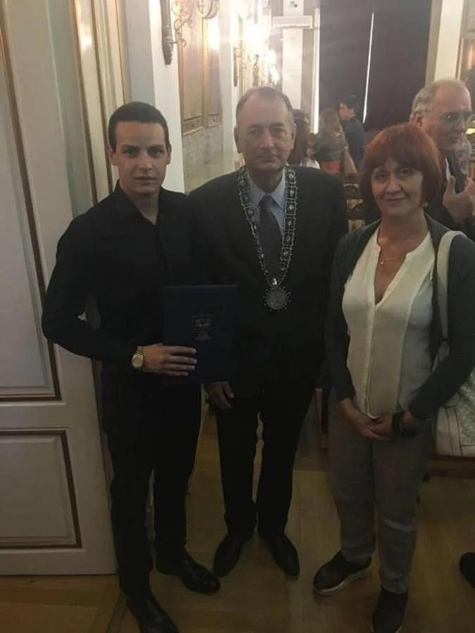 Kosta Kostić sa rektorom Univerziteta Vladimir Bumbaširević i sa mentorkom prof. dr Mirjanom Milovanović nakon svečane dodele nagrade