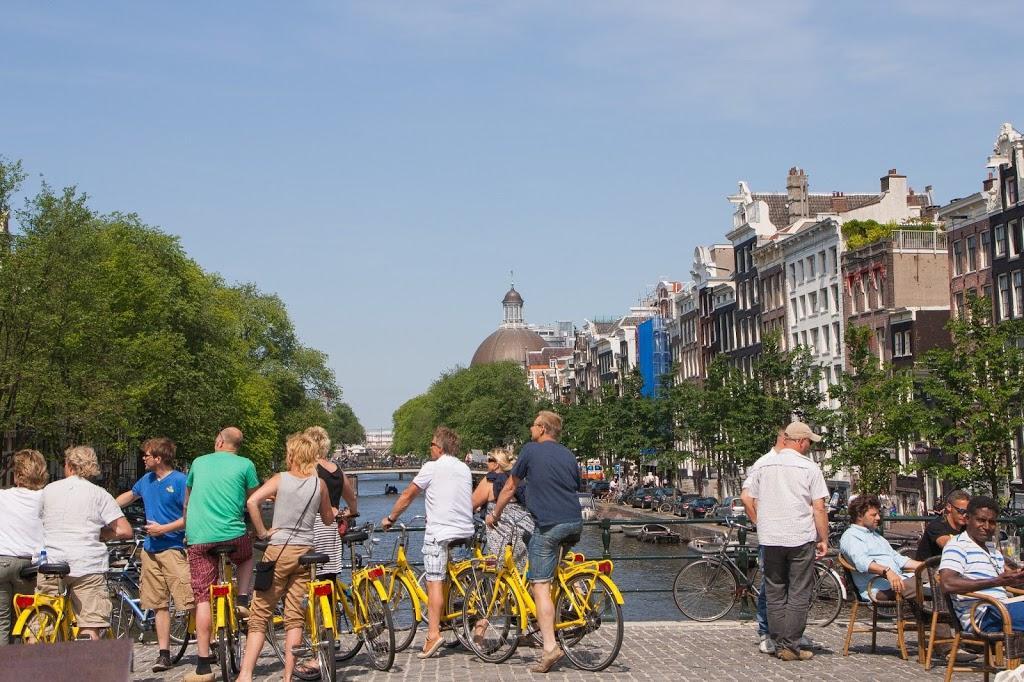 Gente en bici en Ámsterdam
