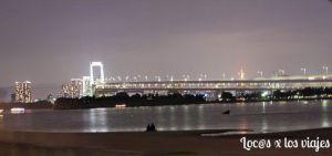 Odaiba: Playa de Tokio con el Rainbow Bridge de fondo