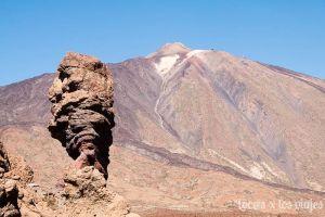 Roque Cinchado con el Teide al fondo