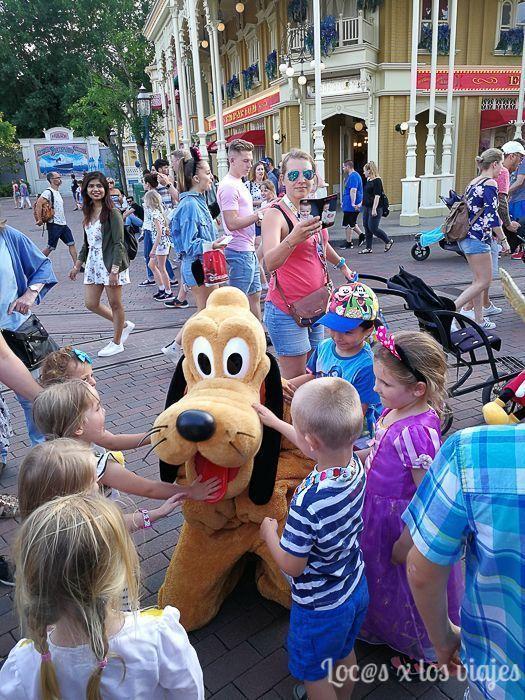 Pluto rodeado de niños