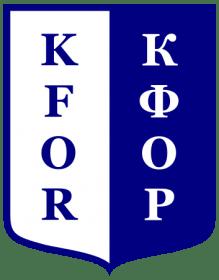 Embleem van de KFOR-troepen in Latijnse en Cyrillische letters