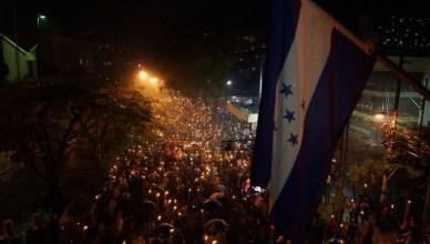 Zelfs aanhoudende regens stoppen de wekelijkse fakkeltochten van de Oposición Indignada in de Hondurese hoofdstad en in 50 andere steden niet
