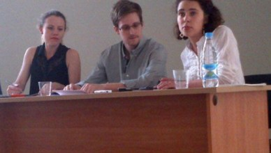 Edward Snowden spreekt de pers toe op de luchthaven van Moskou