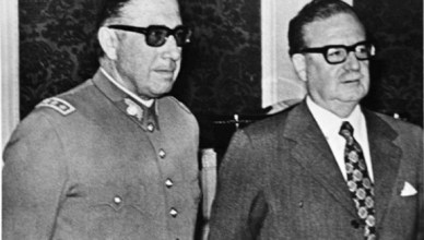 President Allende stelt op 24 augustus 1973 de net door hem benoemde nieuwe stafchef van het leger Augusto Pinochet aan de pers voor. Pinochet had de datum van 11 september 1973 al op zak