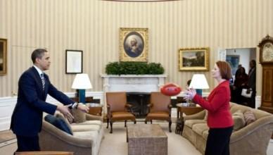 De Australische eerste minister Julia Guillard legt in het Witte Huis aan de Amerikaanse president Barack Obama de verschillen uit tussen Australisch en Amerikaans voetbal. Ze hebben het ook wel even over andere dingen gehad.