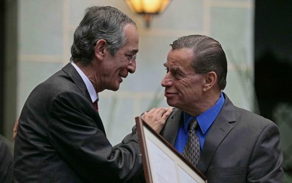 President Colom overhandigt een oorkonde aan Jacobo Arbenz jr
