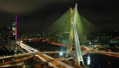 De Octavio Frias de Oliveira Brug in São Paulo is een van de mooiste bruggen ter wereld. Ze werd veel te duur betaald door de overheid en genoemd naar de machtigste mediatycoon van Brazilië, eigenaar van de Folha São Paulo