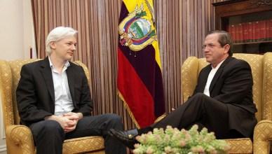 Julian Assange in gesprek met minister van buitenlandse zaken Ricardo Patiño in de ambassade van Ecuador in Londen op 16 juni 2013