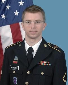 Officiële foto van Manning in militair uniform