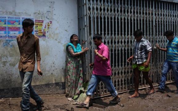 371 doden zijn al geborgen, 900 textielarbeiders worden nog vermist in de kledingfabriek in Bangladesh.