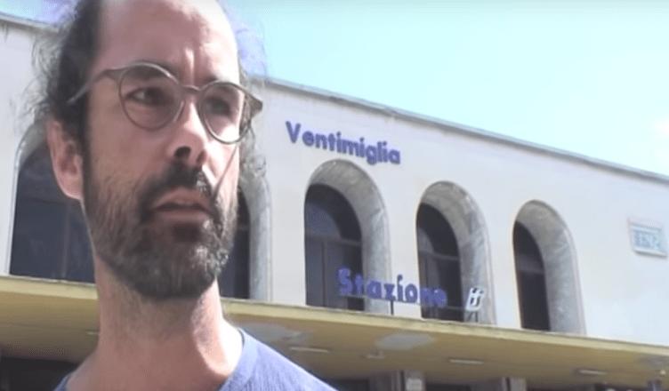 Cédric Herrou tijdens een van zijn acties aan het treinstation van de Italiaanse stad Ventimiglia net over de Franse grens