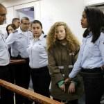 Zes agenten heeft Israël nodig om een 16-jarig meisje voor hun bezettingsrechtbank te sleuren