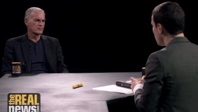 Norman Finkelstein tijdens een interview met Aaron Maté