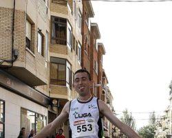 Mosthapa Charki entrando vencedor en la carrera lodosana