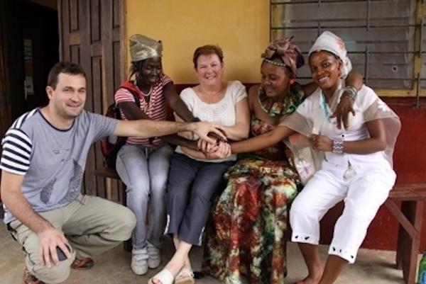 Pedro Luis y Corpus Campo, con miembros de la Asociación de Género y Desarrollo de lucha contra la ablación en Kamabai.