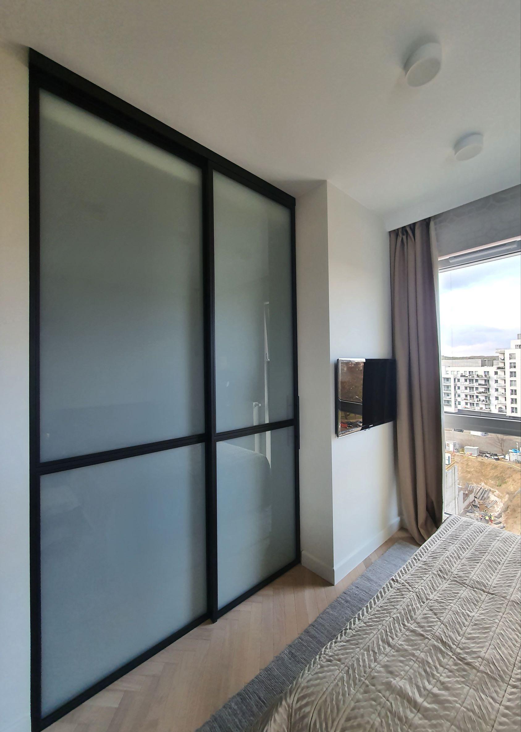 Loftowe drzwi przesuwane wzdłuż ścianki