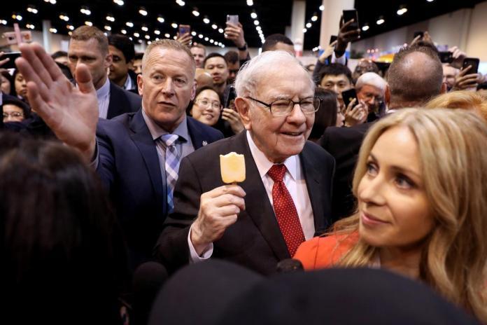 [NEWS] Warren Buffett defends Kraft, says Wells Fargo made 'big mistakes' – Loganspace AI