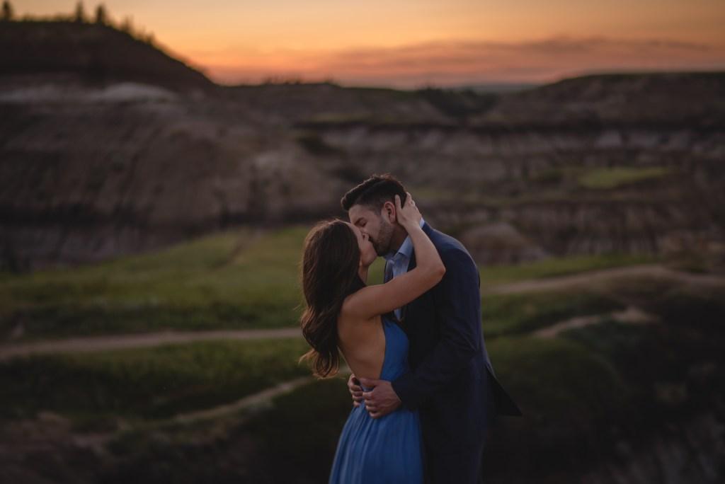 drumheller-engagement-kiss