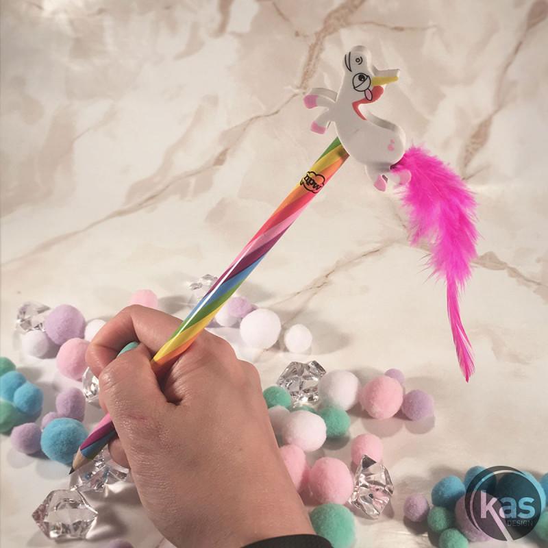 Crayon De Papier Arc En Ciel Avec Figurine Licorne Et