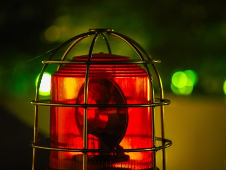 Sirene vermelha representando um alarme industrial, tema sob a qual a ISA 18.2 se pauta.