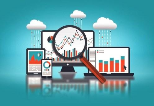 Big data analytics. Imagem ilustrativa contendo uma lupa, supostamente investigando gráficos presentes em diversos dispositivos com computadores e smartphones