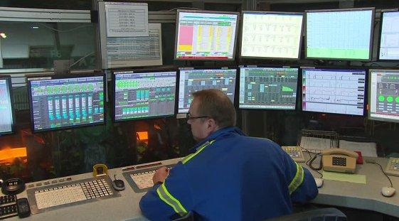 operador em sala de controle ilustrando o que ocorre durante uma avalanche de alarmes