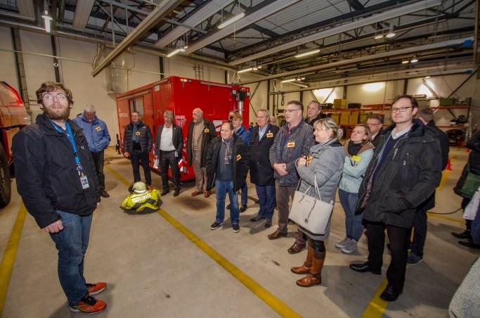 Die Teilnehmer erfahren interessante Fakten zum Feuerwehrsystem des Flughafens